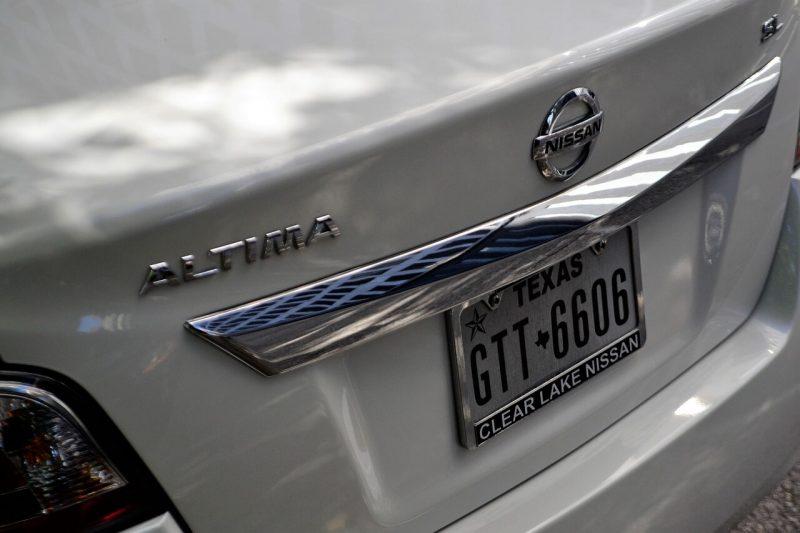 車のナンバープレートの変更方法とその費用